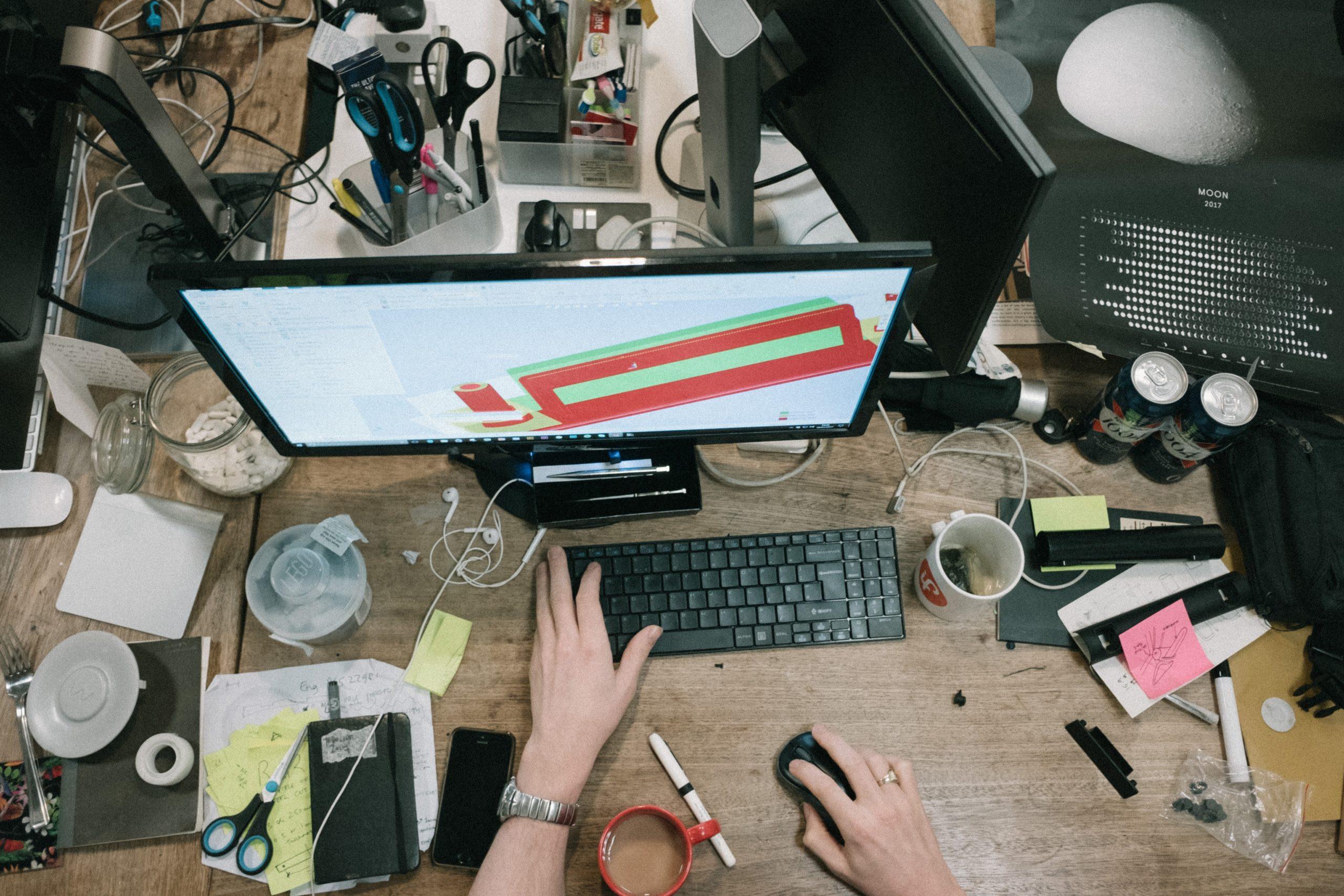 unmotiviert voller Schreibtisch
